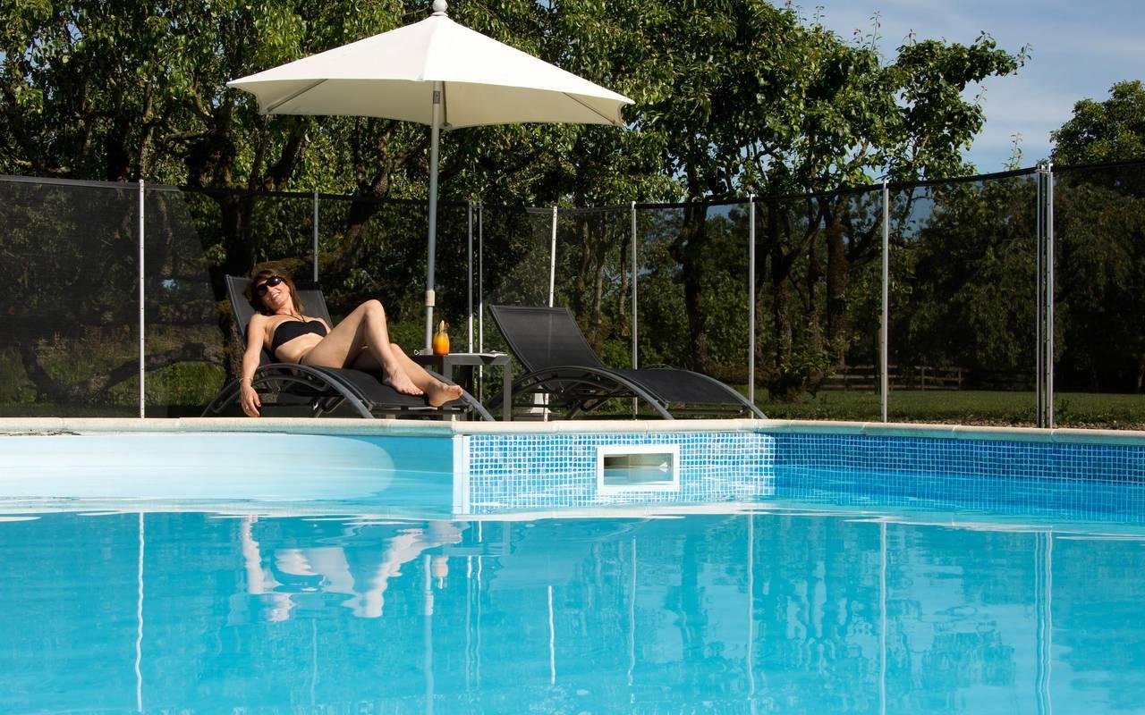 moment de détente sur les chaises longues au bord de la piscine, hôtel luxe auvergne, Château d'Ygrande.