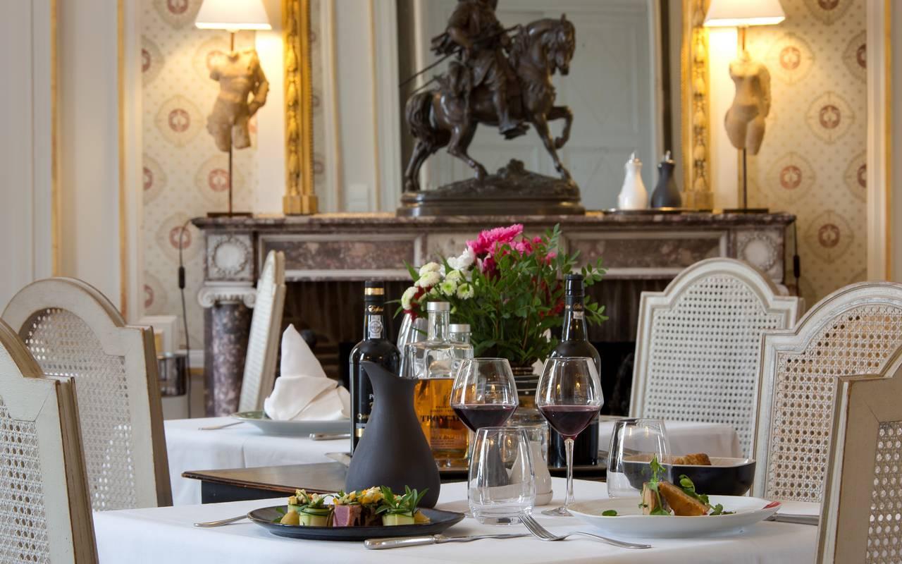 Présentation raffinée de notre table avec une rose, saveurs gastronomie auvergne, Château d'Ygrande.