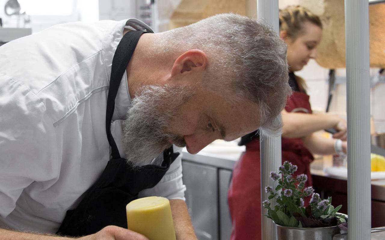 Aperçu de la préparation de vos plats en direct de la cuisine du restaurant, weekend gastronomique auvergne, Château d'Ygrande.