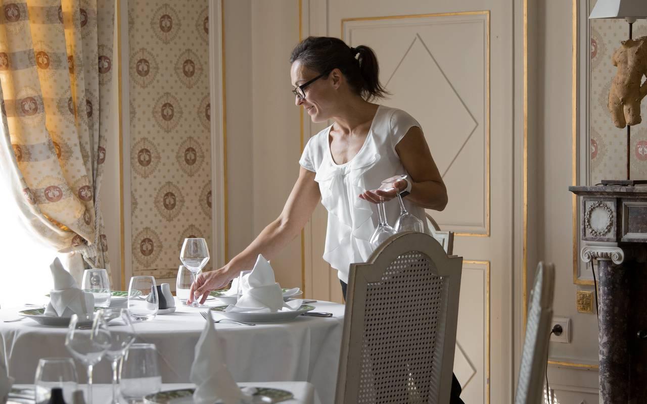 attentive service in the restaurant, gourmet restaurant castle auvergne, Château d'Ygrande.