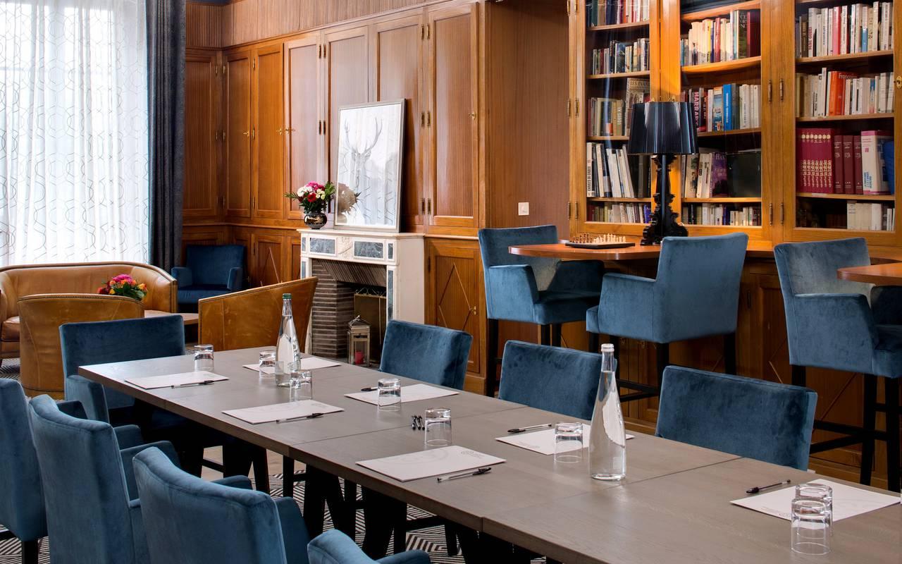 table de séminaire avec bloc-notes et eau mis à disposition, réunion entreprise auvergne, Château d'Ygrande.