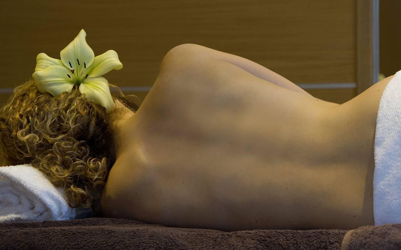 femme avec fleur dans les cheveux, spa bien être piscine hammam, Château d'Ygrande.