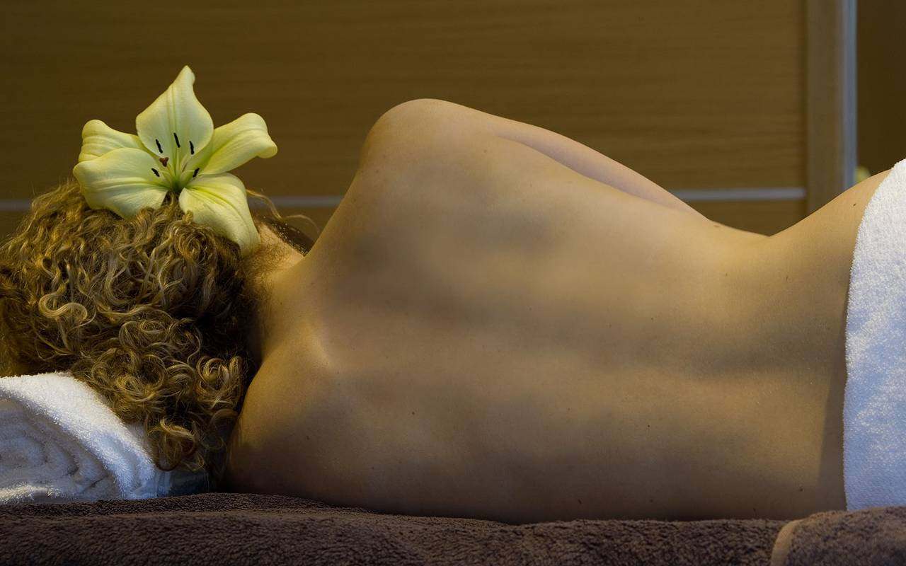 woman with flower in her hair, relaxation castle auvergne, Château d'Ygrande.