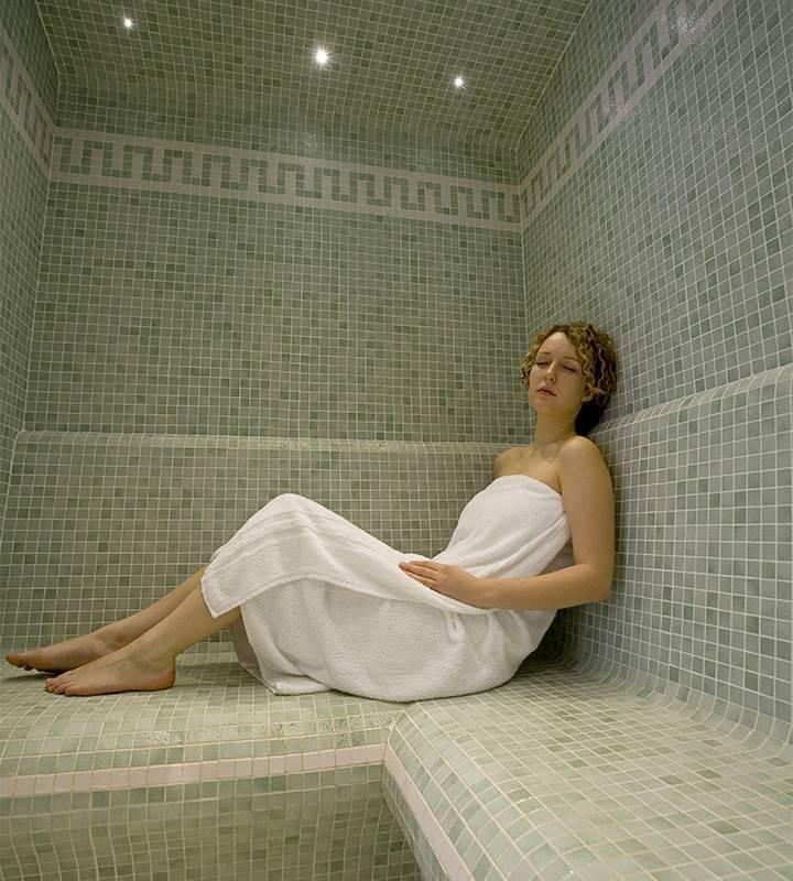 Femme dans le hammam de l'hôtel, spa bien être piscine hammam, Château d'Ygrande.
