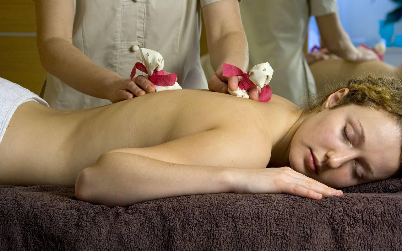 massage et fleurs sur le dos, spa bien être piscine hammam, Château d'Ygrande.