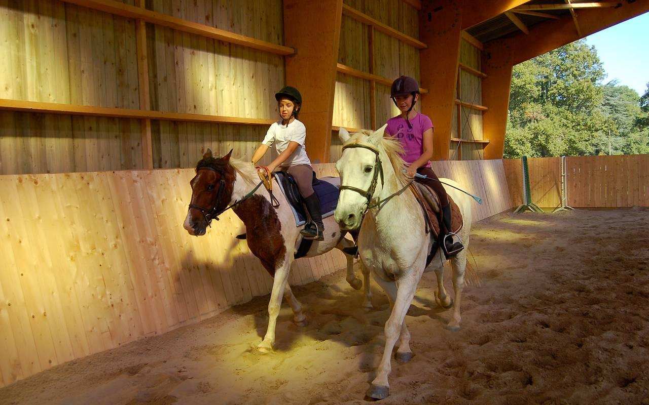 Cours d'équitation pour les enfants, cours stages centre équestre auvergne, Château d'Ygrande.