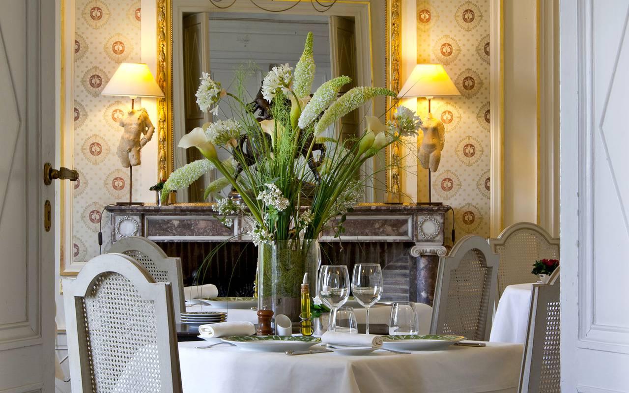 table de restaurant pour deux personnes, hotel luxe auvergne, Château d'Ygrande.