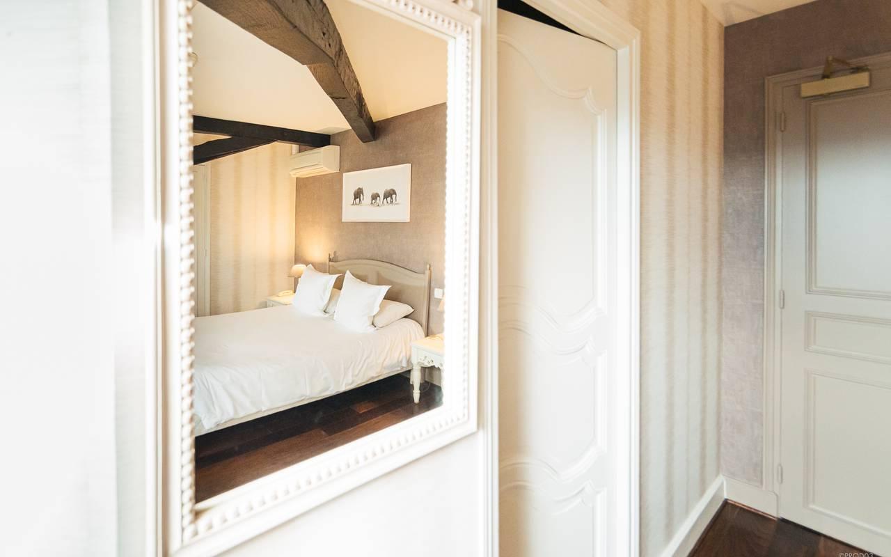 Chambre à la décoration authentique, hôtel 4 étoiles auvergne, Château d'Ygrande