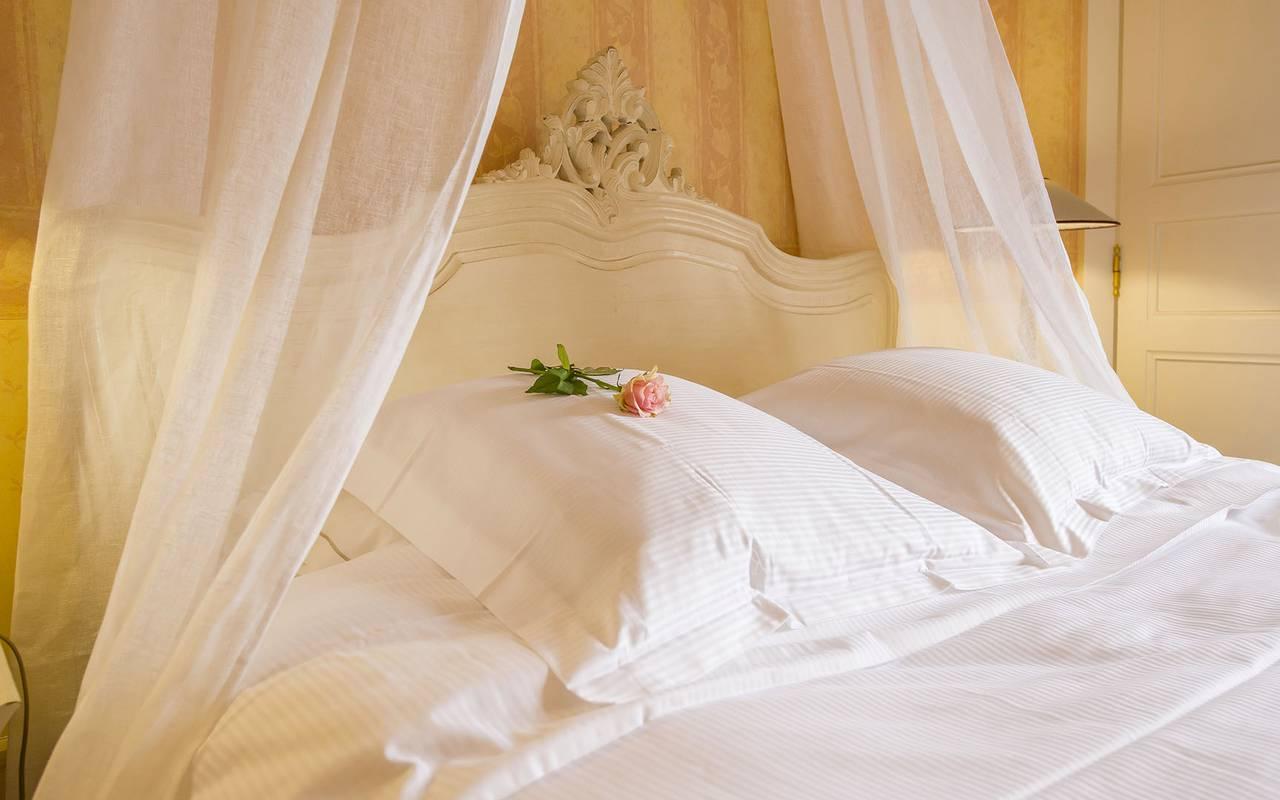 Chambre supérieure avec une rose sur l'oreiller, hôtel 4 étoiles auvergne, Château d'Ygrande