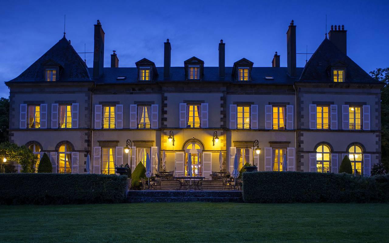 Devanture de l'hôtel la nuit, hotel luxe auvergne, Château d'Ygrande.