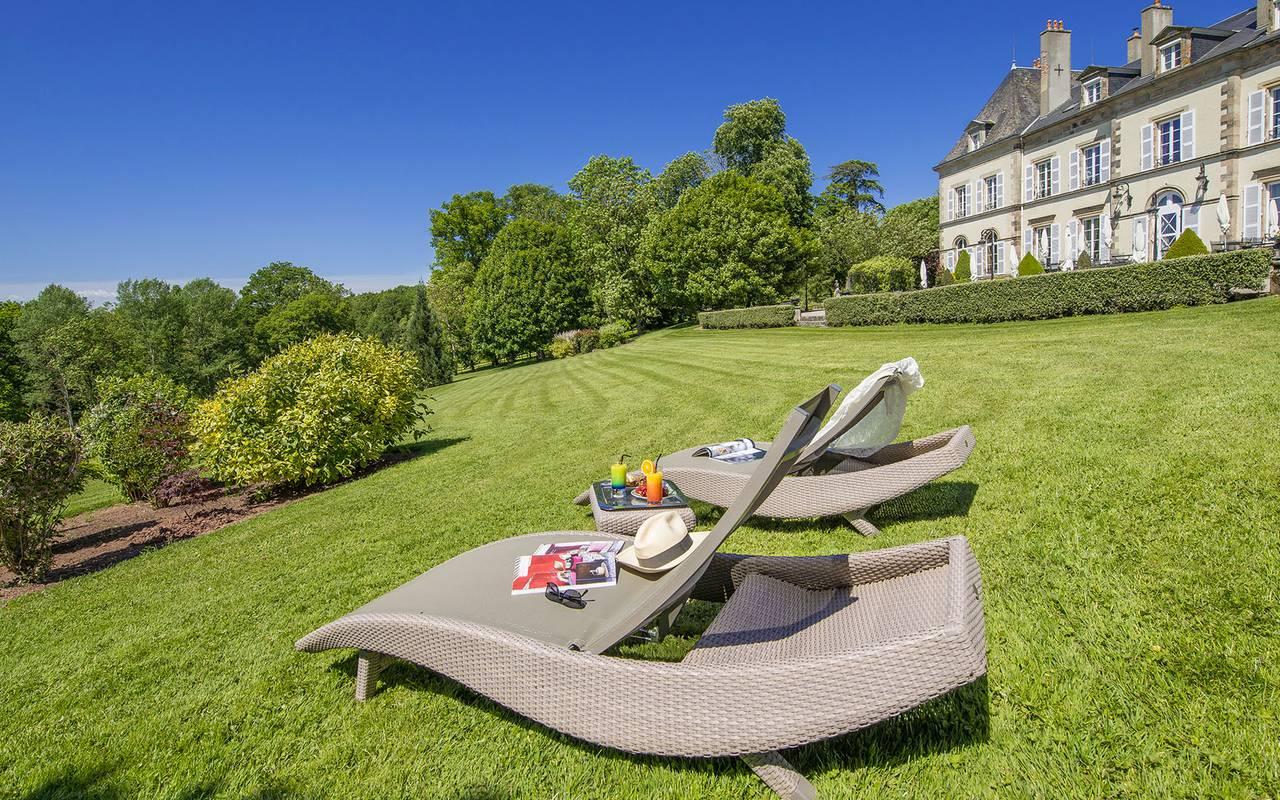 Chaise longue au soleil avec petit-déjeuner, hotel de luxe en auvergne, Château d'Ygrande.