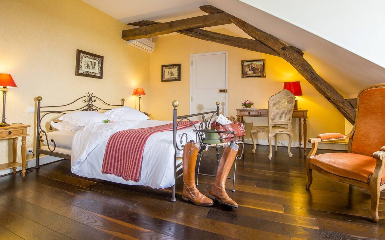 Chambre avec poutre et lit double, piscine spa découvertes auvergne allier, Château d'Ygrande