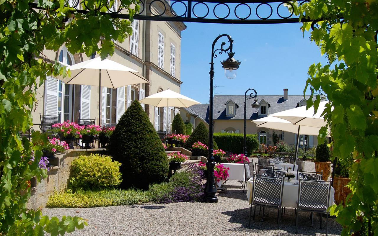 Sublime terrasse de l'hôtel, restaurant gastronomique en auvergne, Château d'Ygrande.