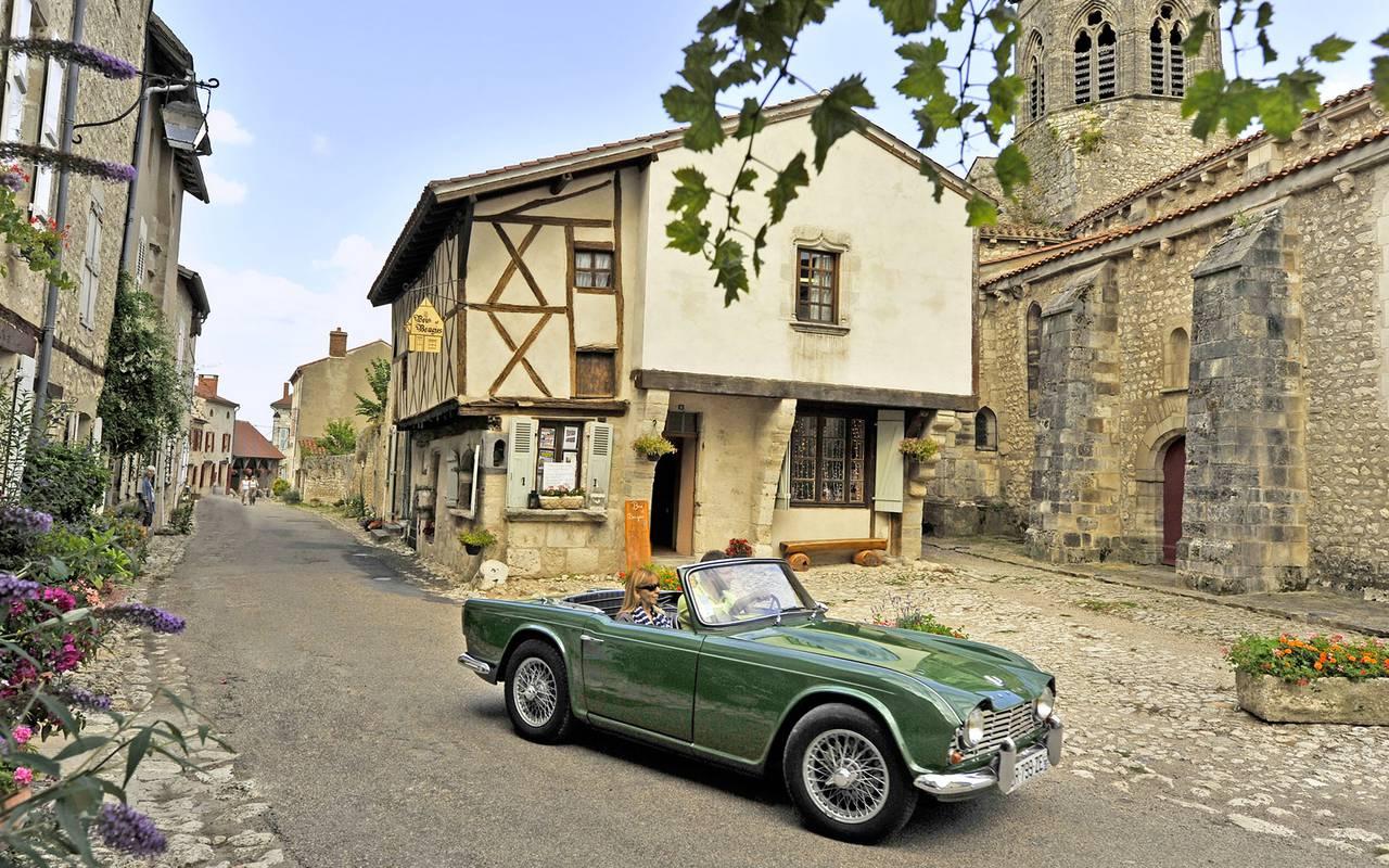 Voiture de collection, séjour découverte campagne bourbonnaise, Château d'Ygrande