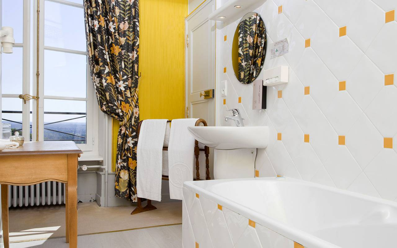 Salle de bain avec vue, hôtel 4 étoiles auvergne, Château d'Ygrande