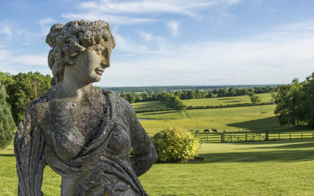 Statut dans un champ, hôtel de charme auvergne, Château d'Ygrande