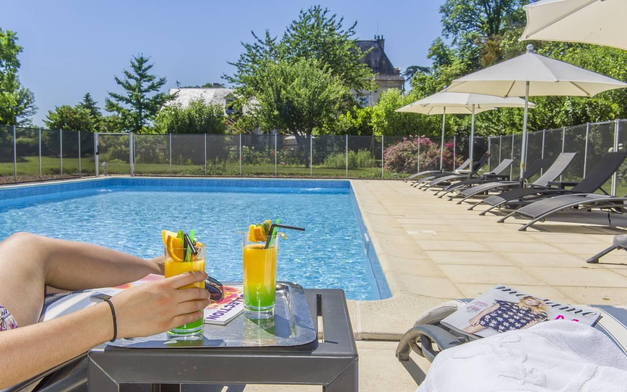 Cocktails au bord de la piscine de l'hôtel, spa bien être piscine hammam, Château d'Ygrande.