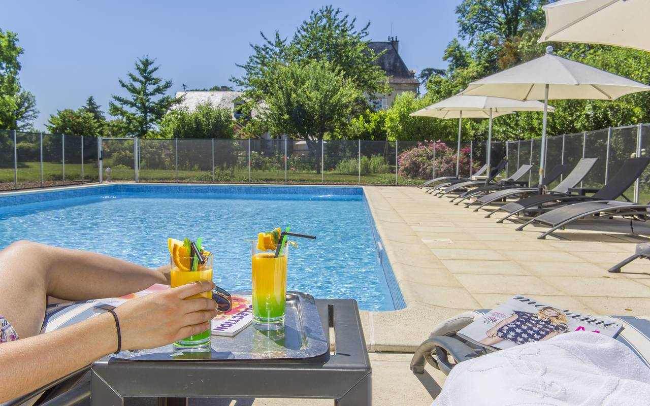 Cocktails by the hotel pool, relaxation castle auvergne, Château d'Ygrande.