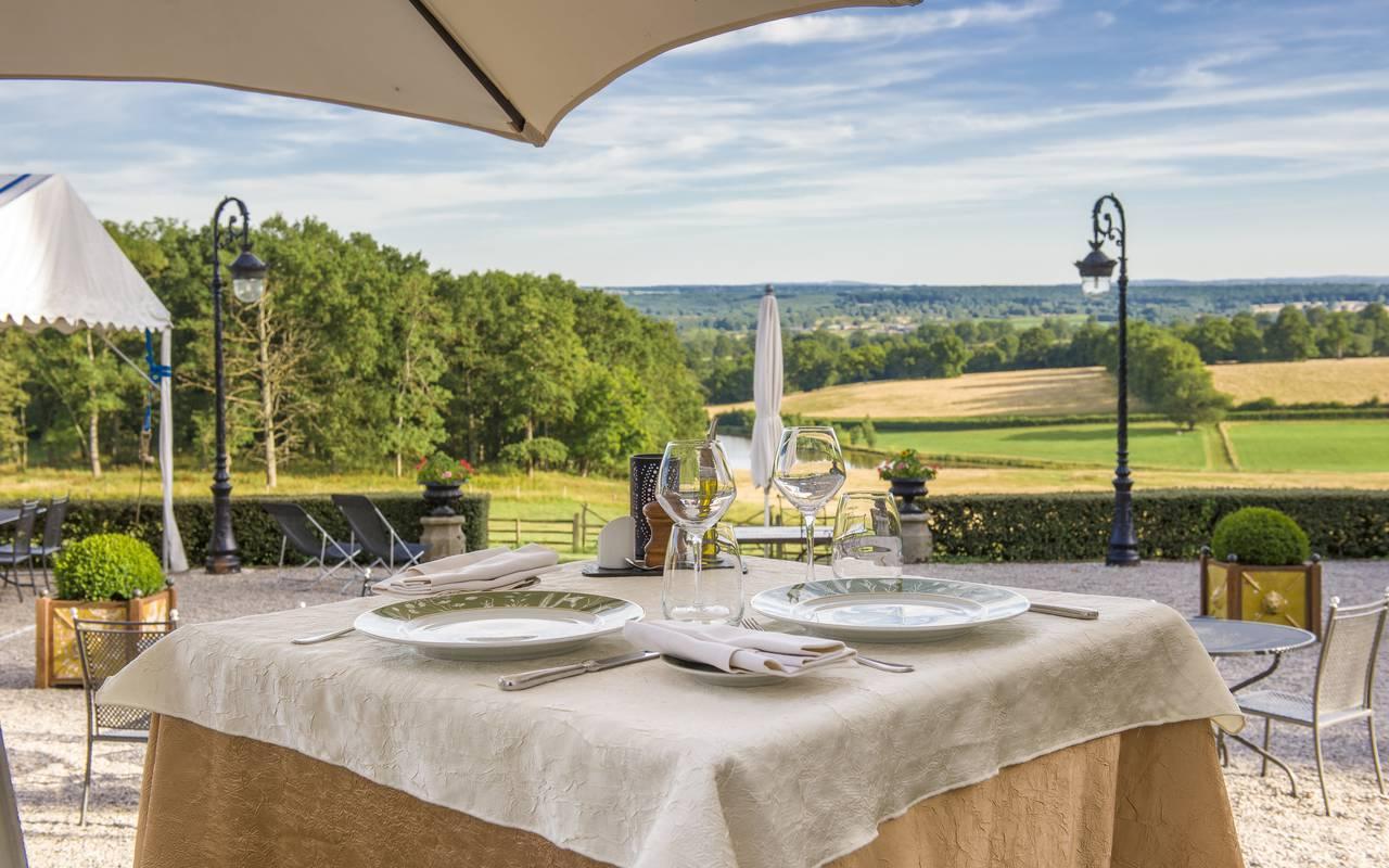 Déjeuner au soleil sur la terrasse du restaurant, hotel luxe auvergne, Château d'Ygrande.