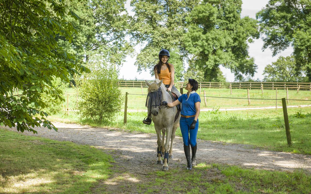 Accompanied horseback riding, luxury hotel auvergne, Château d'Ygrande.